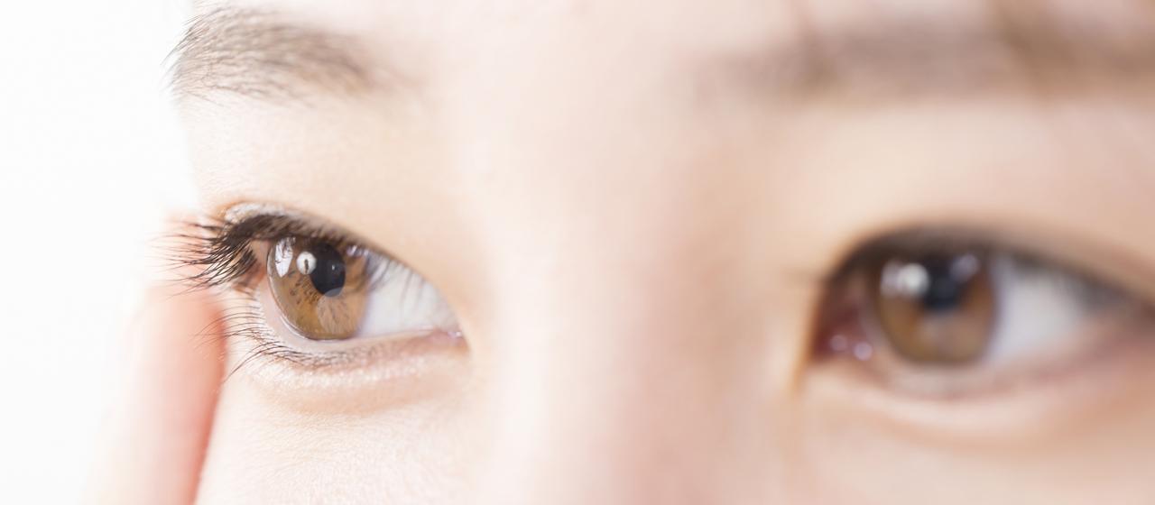 コンタクトレンズ装用中の目のトラブル。原因と対策は?目薬は?