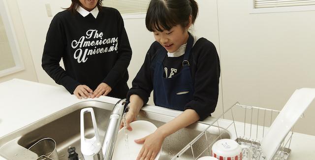 お母さんのお手伝いで笑顔が溢れる!子どもは食器洗いが大好き!?