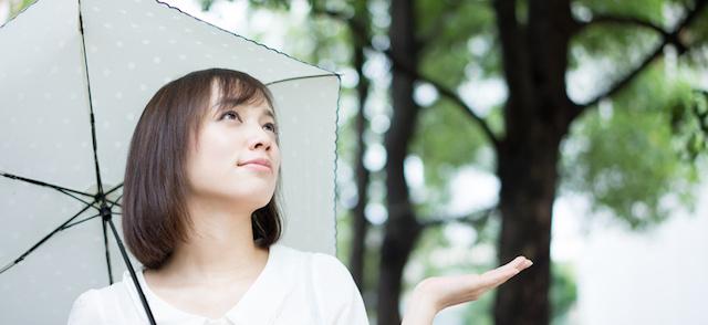 雨の日の「髪のうねり」の原因とヘアスタイルをキープする方法