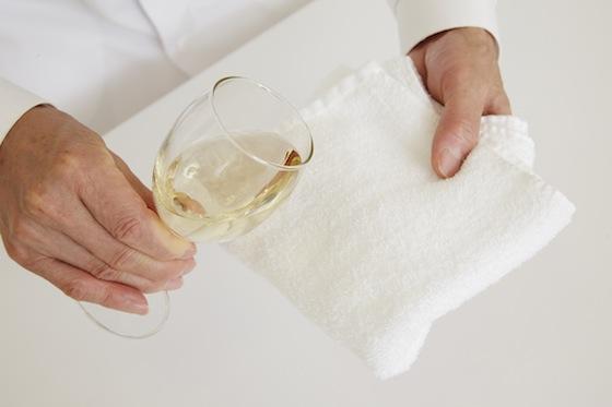 白ワインをタオル(またはハンカチ)にしみ込ませます。