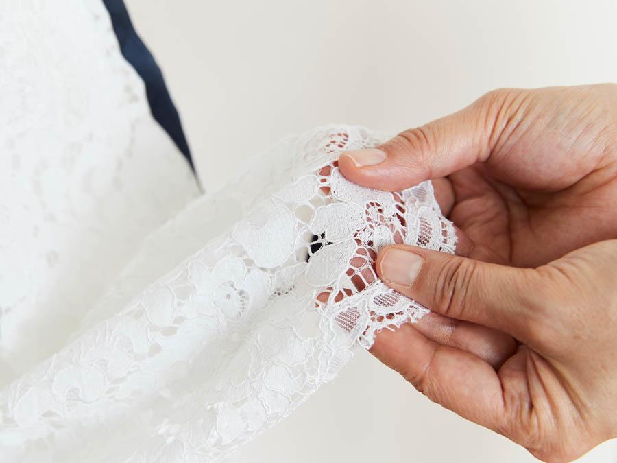 縮んだレースの編み目を指先で整えながら伸ばす