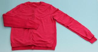 失敗事例:色落ちして縮んだウールのセーター(上側)40℃のぬるま湯で弱アルカリ性洗剤を使用して洗濯した場合