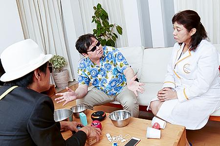 写真:掃除機がけソングを相談する家事フェスメンバー3