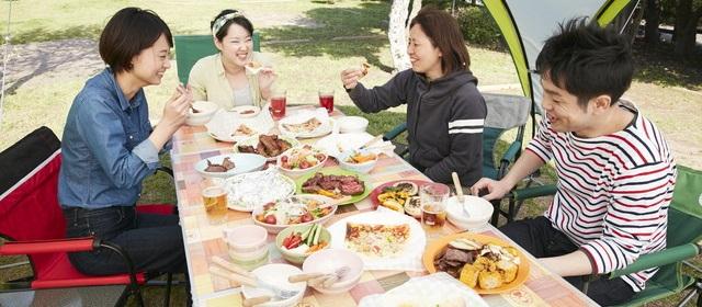 写真:今回作ったバーベキュー料理を楽しむコールマン五十嵐さんとメンバー