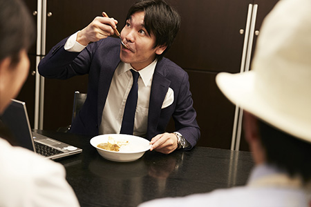 会議中にカレーを食べる石井ソムリエ