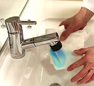 血液で汚れた部分を水道水ですすぐ